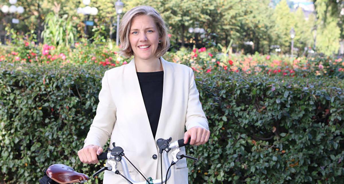 Miljöminister Karolina Skog (MP) på cykel