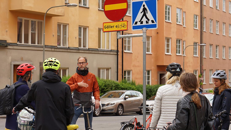 Joakim Boberg, cykelsamordnare Stockholms stad, visar den omtvistade skyltningen för cykling mot enkelriktat. Foto:Cykelfrämjandet